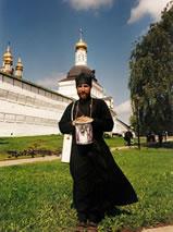 Monnik voor het klooster van Sint Sergius in Sergiev Posad, Rusland