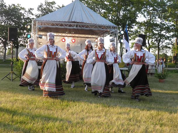 Estse Eilanden: traditionele kleding tijdens een feestavond (foto: Karin & Theo)