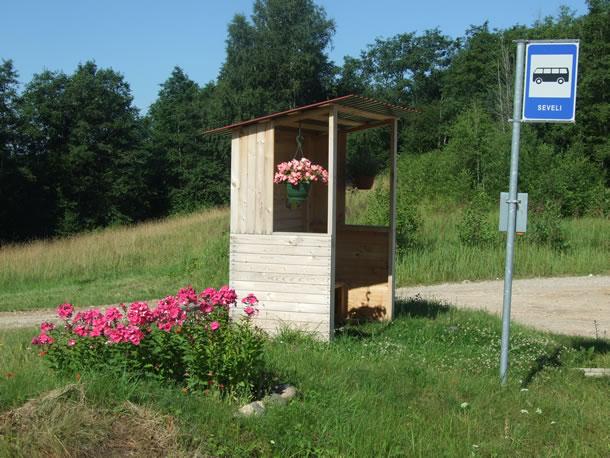 Estland, onderweg: bushokje met bloemen (foto: Blini Reizen)