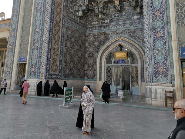 Qom Fatimah heiligdom verplicht in chador (foto: Ank & René)