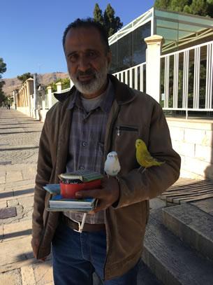 Shiraz toekomstvoorspeller bij mausoleum van Hafez (foto: Ank & René)