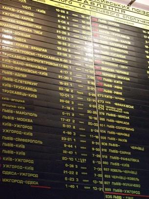 Met de trein door Oekraïne: de vertrektijden in het cyrillisch (foto: Blini Reizen)