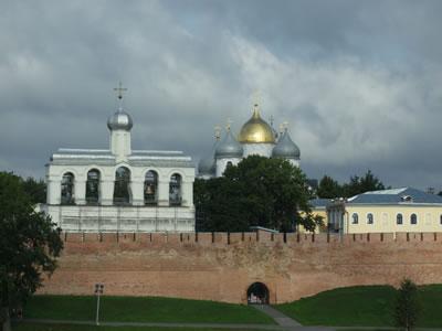 Novgorod: zicht op de stad vanaf de overkant van de rivier de Volkov