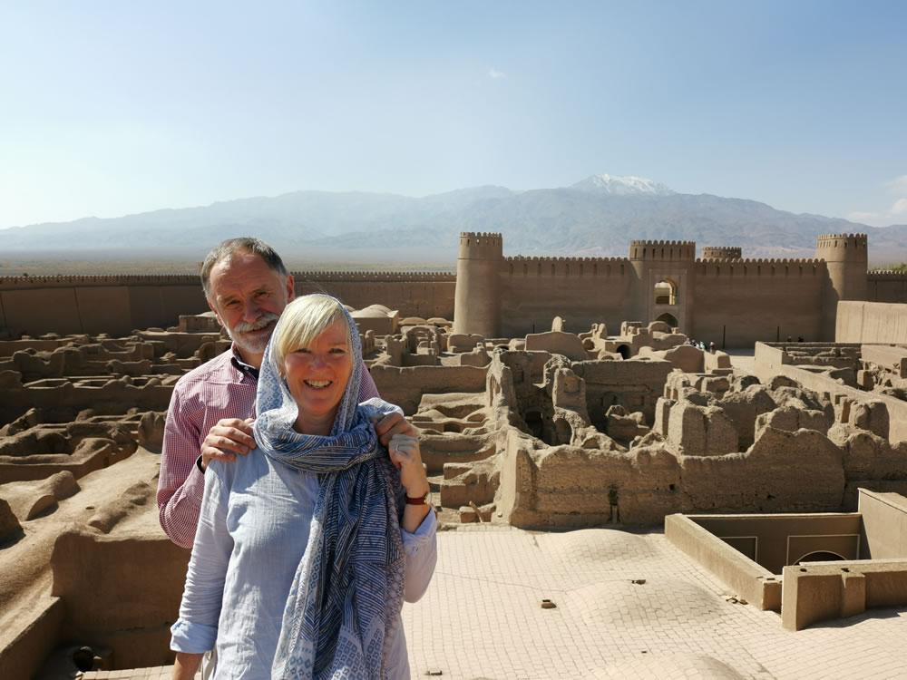 Ank en René bij de lemen citadel in Rayen