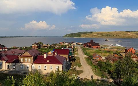 Sviyazhsk, zicht op de pier (foto: A.Savin (Wikimedia Commons · WikiPhotoSpace) - Own work, FAL, zie: https://commons.wikimedia.org/w/index.php?curid=51446073