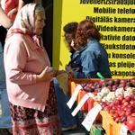 Vrouw bij de markthallen van Riga (foto: Blini Reizen)