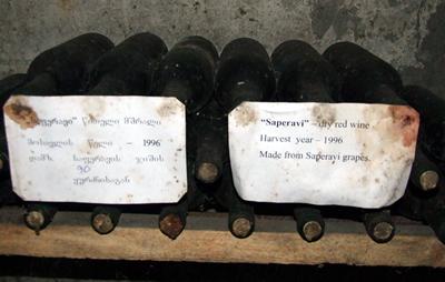 Georgië, het oudste wijn-producerende land ter wereld. Door wijnhuizen, maar ook door de gewone Georgiër zelf