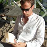 Wouter lezend in het prieel van Kuksu Muiza, Letland (foto: Blini Reizen)